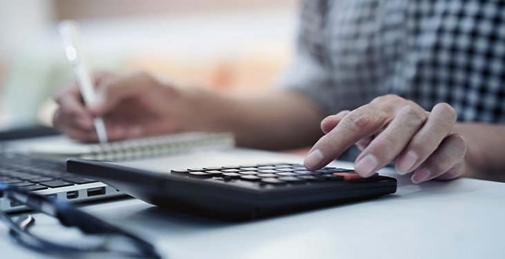 IT specialist calculating purchasing price